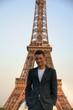 Paris / Männermodel vor dem Eiffelturm