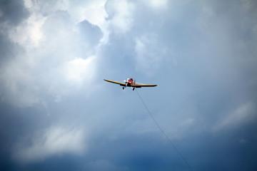 rientro aereo trainatore con cielo tempestoso