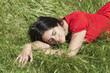 jeune femme dormant dans environnement