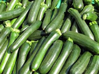 Courgettes à l'étal du marché