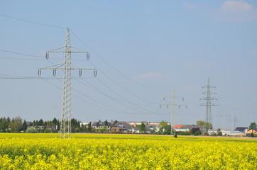 Strommasten an Wohnsiedlung