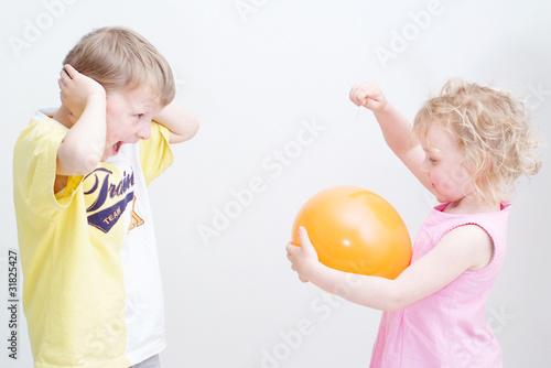 geschwister knallen luftballon stockfotos und lizenzfreie bilder auf bild 31825427. Black Bedroom Furniture Sets. Home Design Ideas