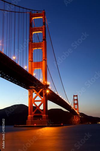 golden-gate-bridge-przy-polmrokiem-san-fransisco-kalifornia