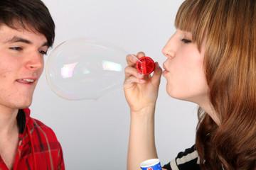 Eine Seifenblase entsteht