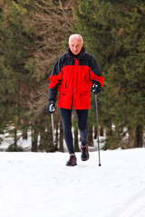 Senior beim Nordic Walken im Winter