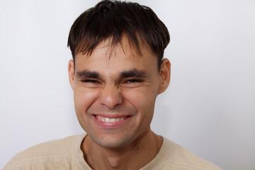 улыбающийся молодой человек