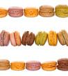 Macarons alignés, fond blanc