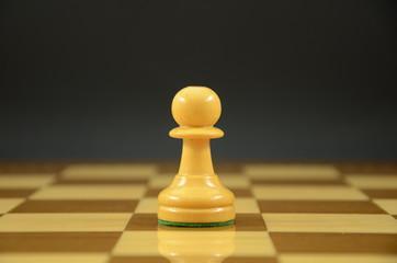 Peon sobre tablero de ajedrez