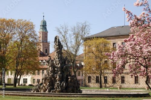 Leinwandbild Motiv Hugenottenbrunnen und Schloss Erlangen