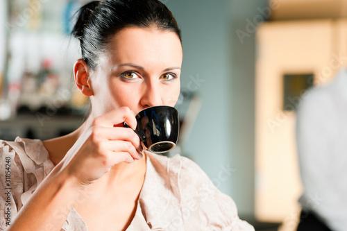 W kawiarni lub kawiarni