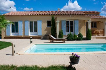 Maison provençale et sa pisicne