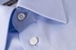 camicia azzurra abbottonata