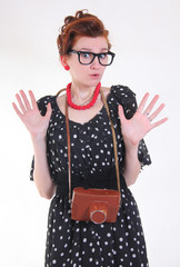 удивленная девушка-фотограф в очках