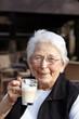 Nette alte Dame Portrait im Cafe trinkend 2