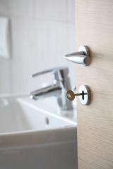 porta con maniglia vista bagno
