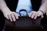 Rentnerin mit Handtasche