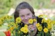 Junges Mädchen im Garten mit Blumen