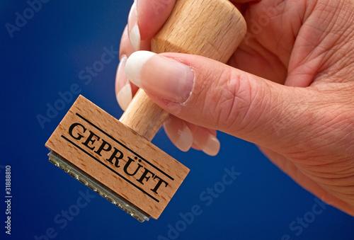 Geprüft - Stempel mit Hand