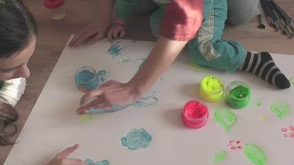 дети рисуют пальчиковыми красками