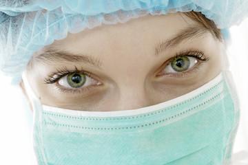 Regard d'une infirmière masquée