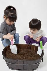 種をまく子供たち