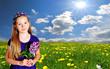Mädchen auf Blumenwiese Sonnenschein