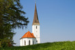 Kirchlein auf Frühlingswiese in Bayern