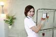 点滴を確認する笑顔の看護師
