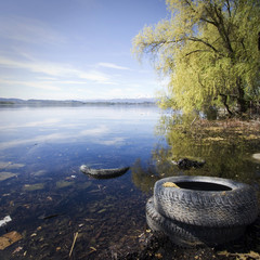 pneumatici in riva al lago