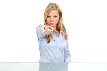frau zeigt entschlossen mit dem finger
