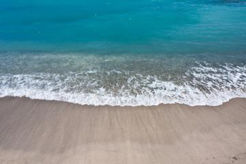 vague bleue et sable blanc aux Seychelles
