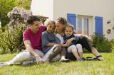Famille 2 enfants devant la maison