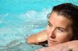 Jolie jeune femme dans une piscine extérieure
