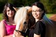Teenager Mädchen mit Pferd