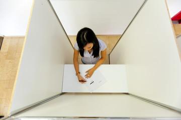 Frau in einer Wahlzelle