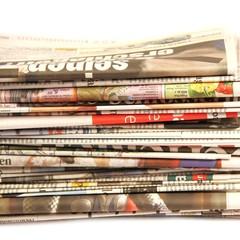 Tageszeitungen gestapelt