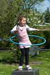 Mädchen macht Hula Hoop