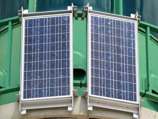 Panneaux solaires sur un phare