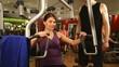 Frau trainiert im Fitnessstudio mit Trainer