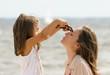 mettre les lunettes de soleil à la plage