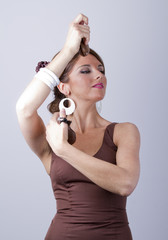 Mujer española en traje de faralaes tocando las castañuelas
