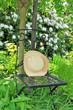 Hut auf dem Stuhl im Garten