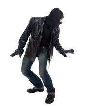 Młody mężczyzna w kominiarce i złodziej skórzaną kurtkę czarną