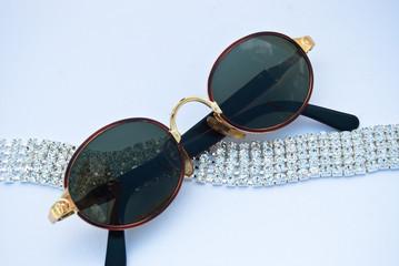 occhiali e fascia diamanti