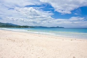 plage de sable blanc dans les îles des Seychelles