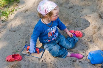 Mädchen in Sandkiste