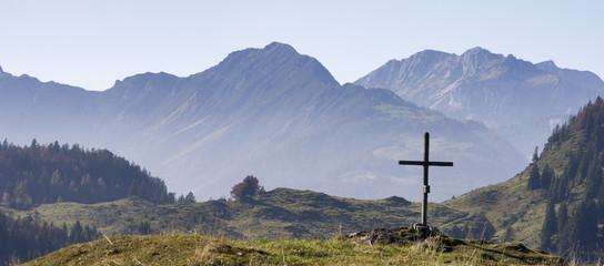 alpenidylle mit blick zum wilden kaiser in österreich