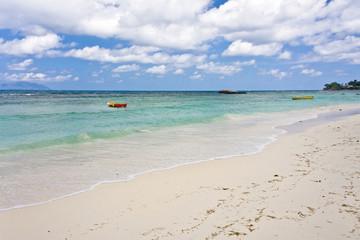 plage de sable blanc à Mahé aux Seychelles