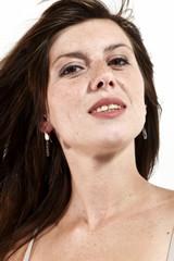 ritratto di giovane ragazza con lentiggini