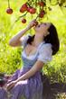 Frau in Wiese unter Apfelbaum